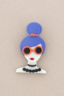 Broche pasta multicolores chica con moño y gafas. Pelo azul
