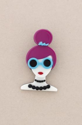 Broche pasta multicolores chica con moño y gafas. Pelo lila
