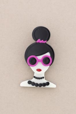 Broche pasta multicolores chica con moño y gafas. Pelo negro