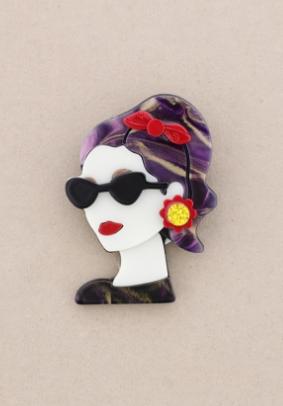 Broche pasta multicolores chica de perfil con gafas. Pelo lila