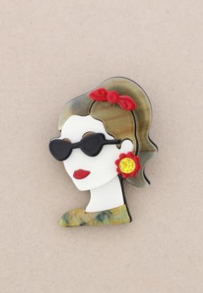 Broche pasta multicolores chica de perfil con gafas. Pelo verde