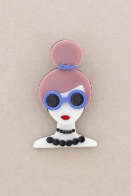 Broche pasta multicolores chica con moño y gafas. Pelo rosa