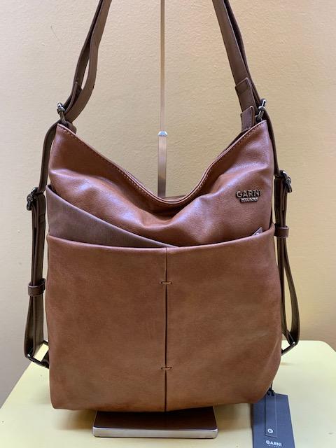 Bolso y mochila multibolsillos piel sintética de Garni. Color cuero