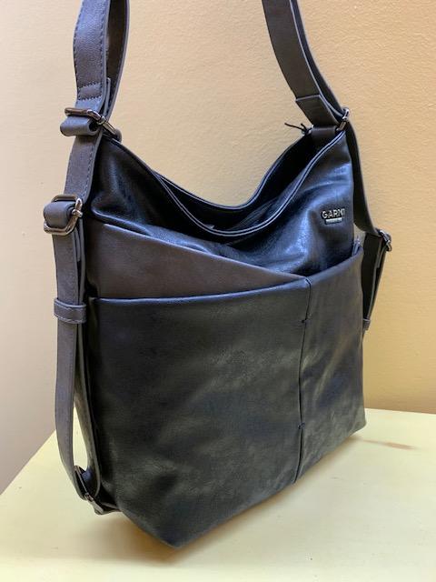 Bolso y mochila multibolsillos piel sintética de Garni. Negro visto de lado